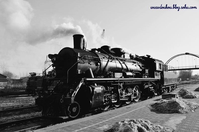 """蒸汽火车外观和功用与如今的各种火车相差不远,但是它是世界上第一代的火车,是利用为动力,蒸汽机为核心的最初级最古老的火车。 蒸汽火车通过用煤烧水,使水变成蒸汽,从而推动活塞,使火车运行。 在人们的心目中,气势磅礴的蒸汽机车具有一种特殊的意味,因为它曾以无比的巨力开启过人类历史上一个崭新的时代。 蒸汽火车在中国有百余年历史: 从1843年魏源在《列国图志》中告诉中国人世界有了这项发明开始到20世纪30年代,中国成为世界著名的""""万国机车展览会""""。"""