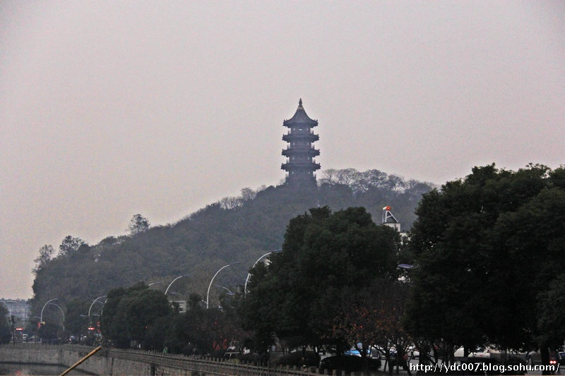 绍兴塔山上的应天塔是绍兴的标志