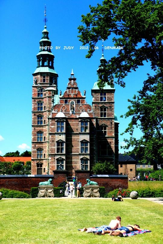 在哥本哈根,散布着许多金碧辉煌的宫殿,引人瞩目的教堂和壁垒森图片