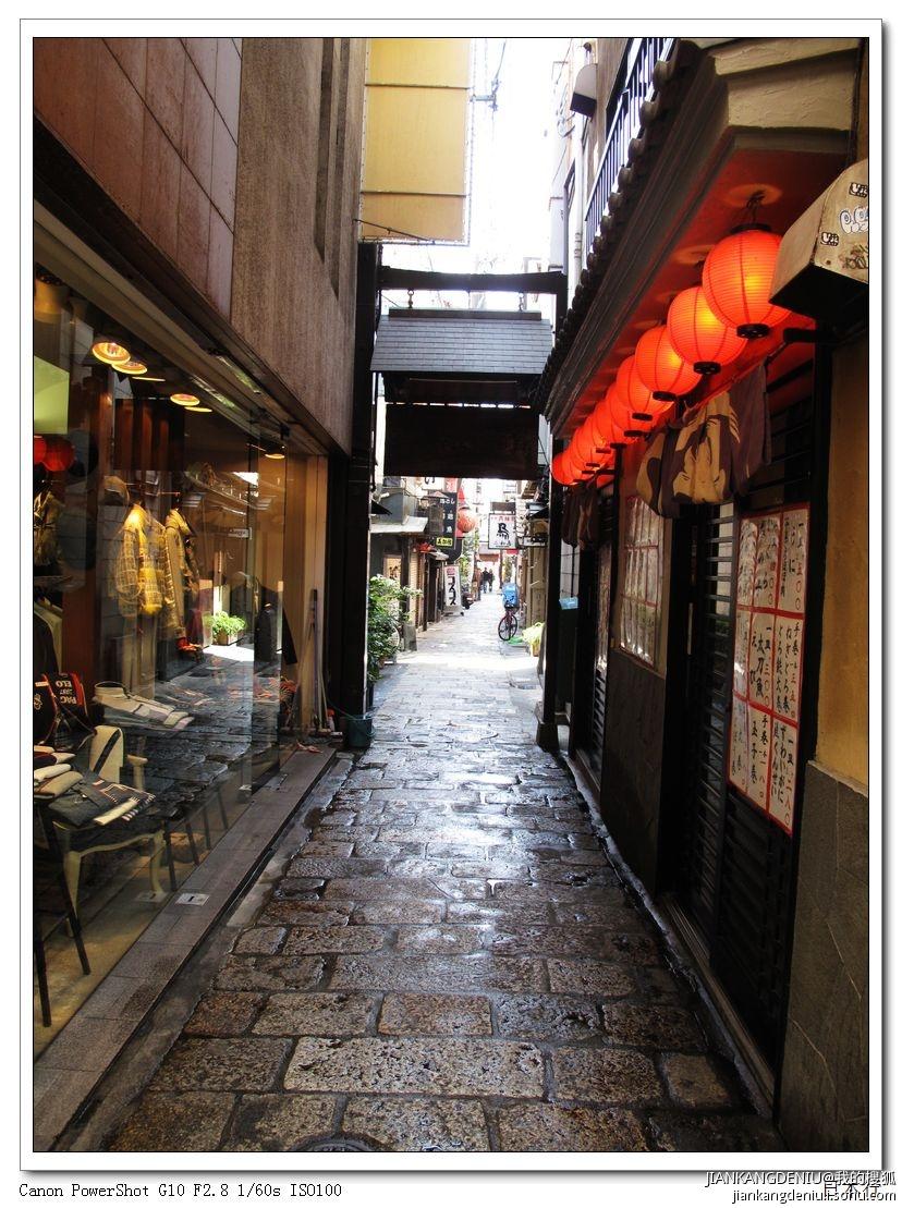 日本的环境卫生给我们留下深刻印象。我们第一站是大阪,第二天是去大阪的心斋桥购物。原本没有购物计划的我,在导游的介绍下,还是会买少少东西的。这个商业街,在国内也有很多类似的,虽然人流不少,但地上却不见一点点的垃圾。而且街上也没有垃圾桶。这里有不少日本特色小吃店,给我启发最大的是,有些快餐店,会在店门外放置一部自助式购餐票的机器,上面有各种快餐的照片和价格,一目了然,顾客自己根据自己的需求在机上选购,买了餐券再到店内用餐,暨方便,又节省了餐厅的工作人员。