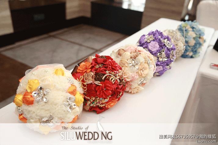 中国传统婚礼娶亲当日,新郎,新娘胸前都带脯花,花的缀饰是五色绸子