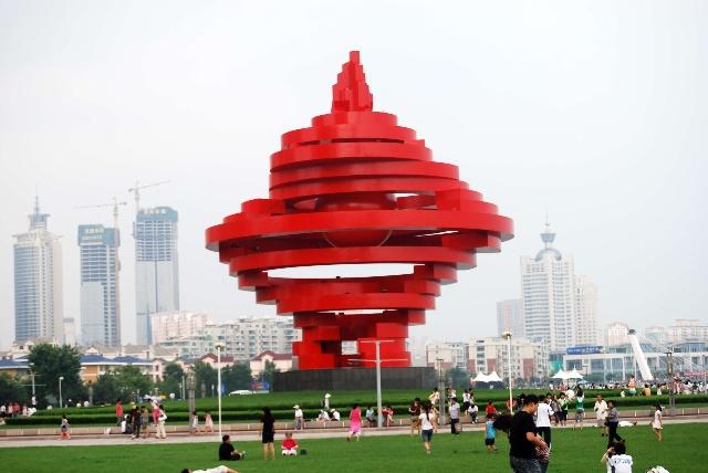 """""""五月的风""""雕塑位于山东省青岛市五四广场的南端,是五四"""