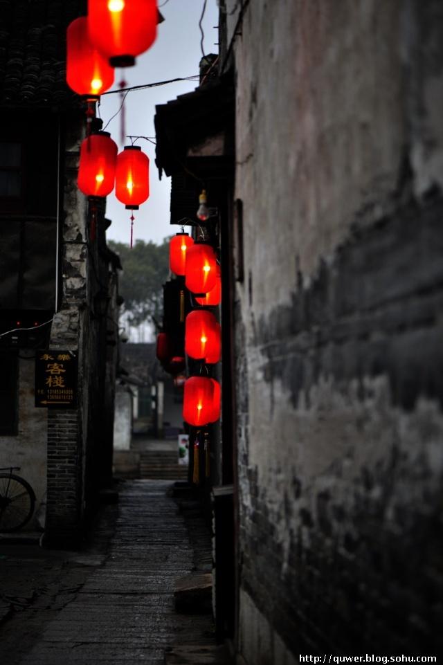 """廊棚是西塘独特的建筑,门板上有副对联:""""廊棚一夜遮风雨,知善人"""
