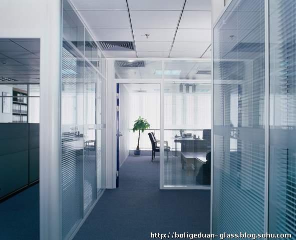 办公室装修的新变革 ——快捷、美观、环保、高效的办公高隔断 目录 一、简述 二、种类 三、适用区域选择 四、构成 五、特征 六、专业和著名的隔断墙系统——银科隔墙 正文 一、简述: 以前,大空间办公环境装修大多用轻钢龙骨石膏板、不锈钢玻璃隔断,存在着如下缺陷: 1、装修时间长; 2、搬家不能带走; 3、门锁在门体下部,使用不便; 4、改换布局需重新装修; 5、刚装修完的办公室异味大。 如今,一种快捷、活动、方便、美观、环保的高隔间在近几年中悄悄走进了我们生活