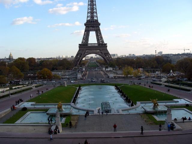 纵览埃菲尔铁塔及周边全景