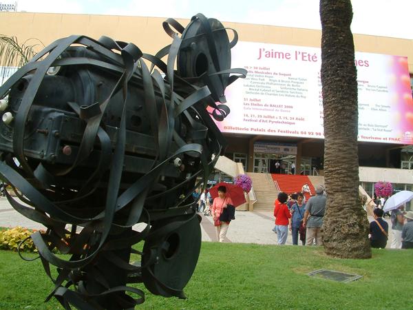 戛纳电影节简谱门前的电影机雕塑和金棕榈树新的电影歌曲剧场图片