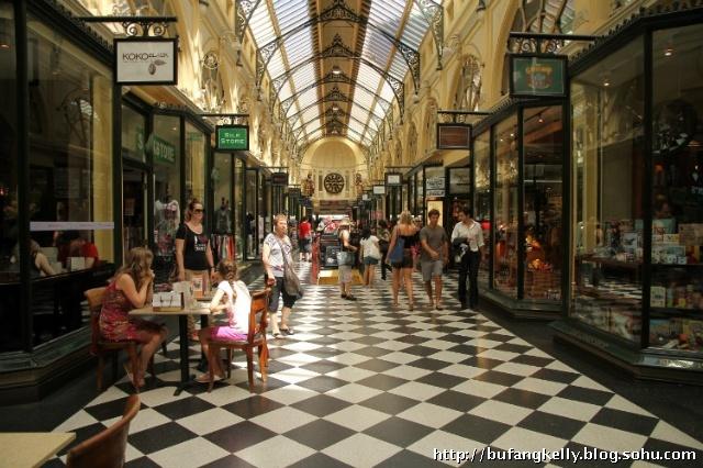 """这是一个维多利亚时代拱廊的标志,已被列入维多利亚女王时代文化遗产名录(the Victorian Heritage Register)。除此之外,墨尔本的""""黄金地段""""(Golden Mile)传统步行街贯穿了整个拱廊。连同墨尔本的其它拱廊、街区拱廊(Block Arcade)和墨尔本的小巷(Melbourne's lanes),成为城市的一个旅游图标。皇家拱廊不但以其时尚店著名,而且还有专卖店,比如塔罗牌(占卜用的纸牌,共22张)读取店。"""