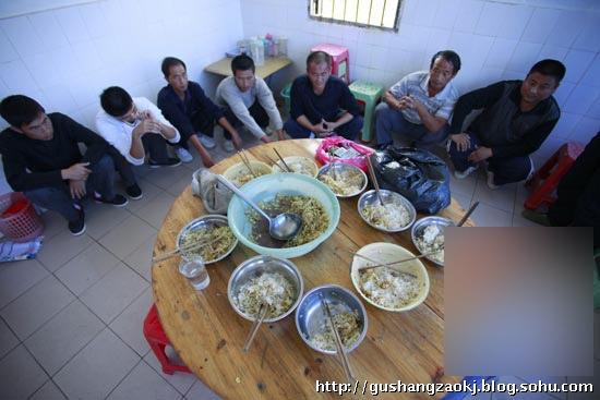 一家人的饭桌. 一家在一起吃饭. 孩子们只有捞饭可以吃(捞饭不是