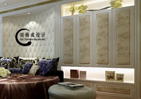 沙发背景墙处采用雕花玻璃线条装饰,白钢条收边,棕色沙发纹理