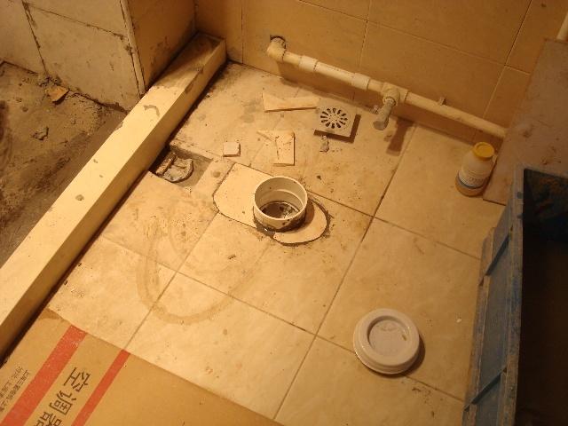 挡水条贴砖前也要做防水。这样移马桶万无一失。我的报价移马桶100元,移地漏50,拆砖和浴缸200,补墙砖180,补地砖120,移水管50,防水40.共计890元,单马桶口我做四五次防水,用了三天时间。估计全完最少七八天。现在泥工贴砖工资是八百有到一千一间,(南通的泥工一千元,扬州和安微的八百元一间)两天左右一间。三四百元一天,所以说有的活只为钱考虑是干不好的。难怪老张:房子一到手就说,赶快找小周,这活只有小周能做。一点不错,每样工种活都不是很都,我样样能搞定,我已三四年没有和她们联系了,真巧啊。我说的句句