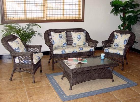 藤编镂空效果让户外沙发充满魅力,白色坐垫和红色靠包和深色藤编沙发