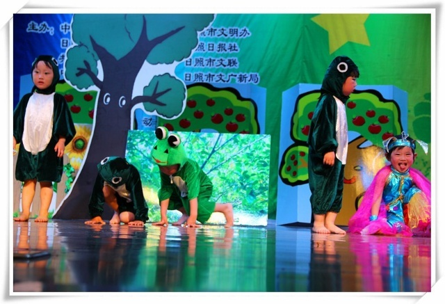 小动物们跳起了欢快的舞蹈