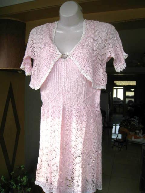 吊带裙的前胸后背,我都是根据绵绸吊带裙裁剪样式编织的.高清图片