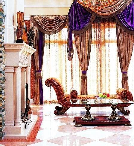 罗马柱门的石膏线条秀气挺拔,白色线条的精细纤巧将客厅的奢